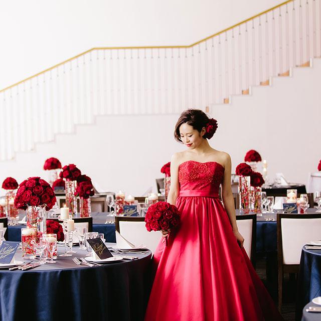 披露宴で赤いドレスを着た女性の写真
