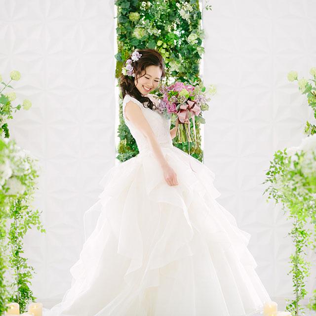ウエディング 白いドレスを着た女性の写真